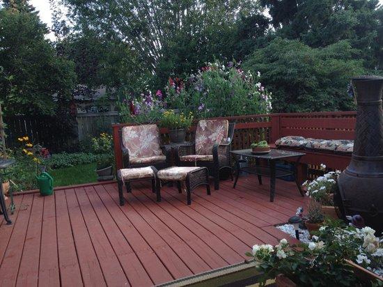 Linda's Inn B&B: Backyard Patio