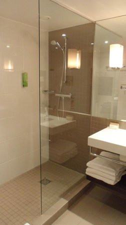 Mövenpick Hotel Amsterdam City Centre : Bathroom