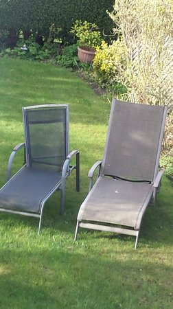 Ashmount Country House: Deluxe garden furniture NOT!!!!!