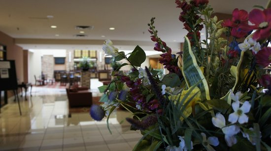 Embassy Suites by Hilton Philadelphia-Valley Forge : Lobby Flowers