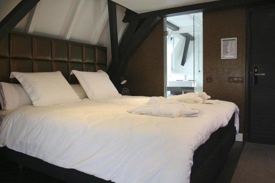 Ruime badkamers in alle suites voorzien van bad of hemeldouche ...