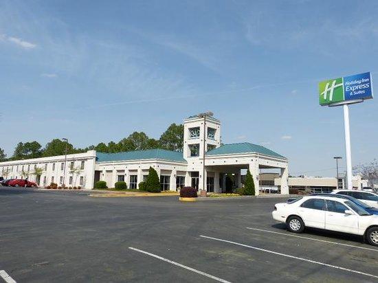 Holiday Inn Express Hotel & Suites Huntsville-University Drive: Outside