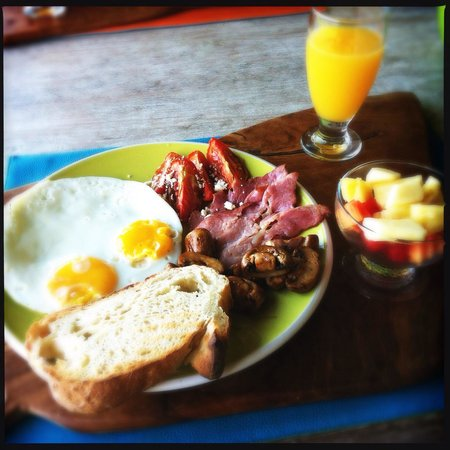 Homestay Bali Starling: Breakfast - fried eggs, bacon, mushroom and tomato served with juice, fruit salad and a cappucci