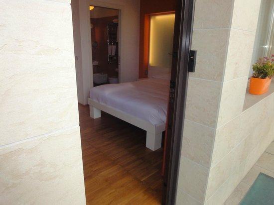 JC Hotel: Dalla strada al letto in meno di 2 metri