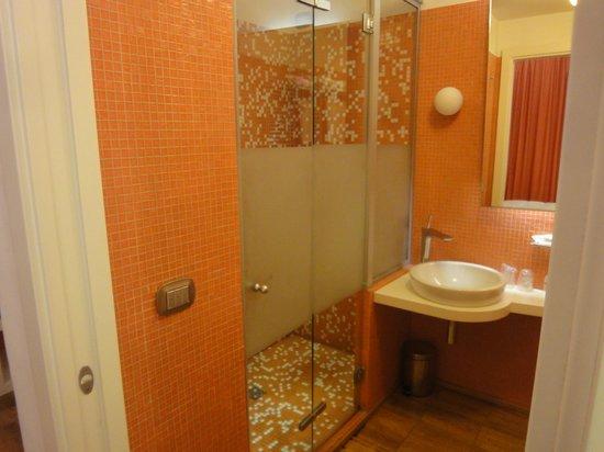 JC Hotel: Bagno con micro-lavabo