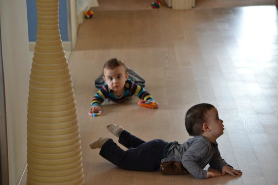 Htel Amsterdam: Our 10 month old twin boys had a lot of space to crawl around & explore
