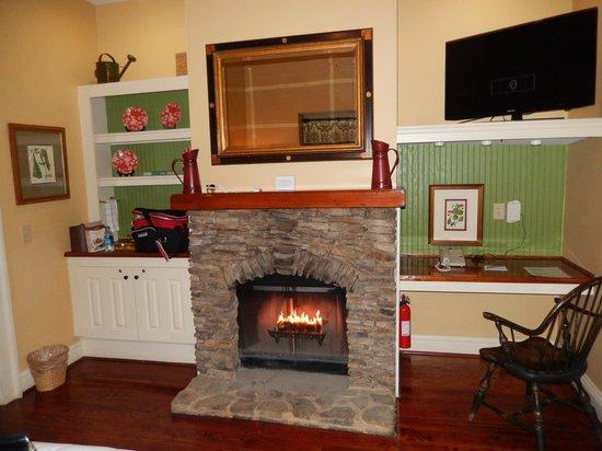 Barnsley Resort: cozy fireplace