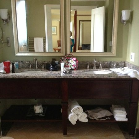 The George Washington A Wyndham Grand Hotel : spacious bathroom
