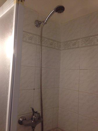 Hotel Corsi : Rubinetto aperto Acqua poca e non uniforme