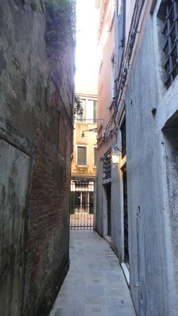 Locanda Leon Bianco : little alley