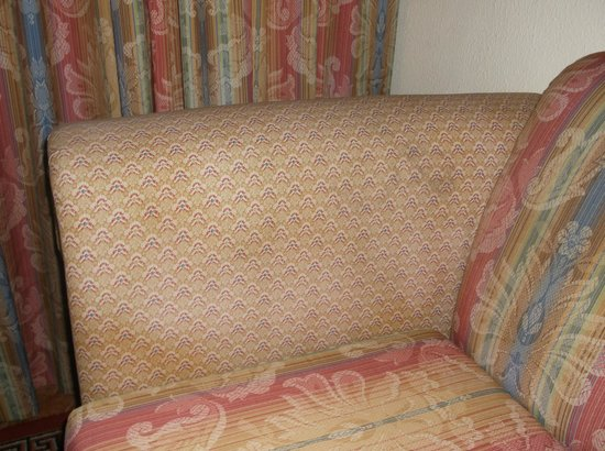 Hotel Riu Palace Punta Cana : Stained and old sofa