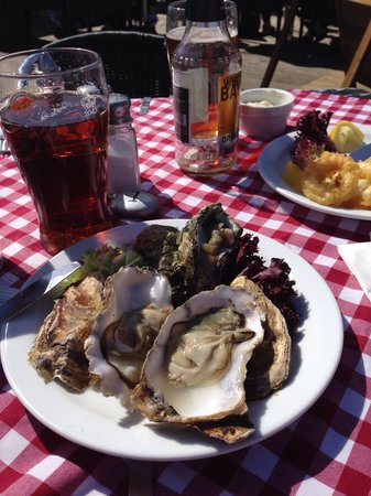 Harbour Garden Cafe: Lovely fresh oysters served by friendly attentive staff