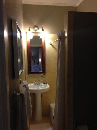 Hotel del Coronado: Narrow Bathroom