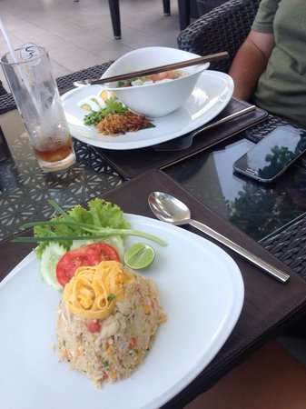 Cape Sienna Hotel & Villas : Fried rice and Chinese noodle soup fr poolside restaurant