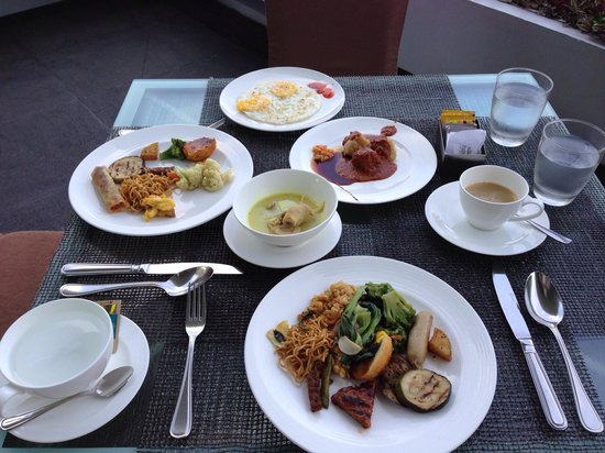 Padma Hotel Bandung: This is less than 50% of the breakfast spread!
