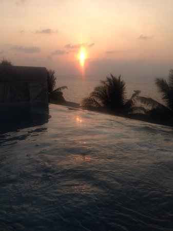 Cape Sienna Hotel & Villas : View from poolside spa at sunset