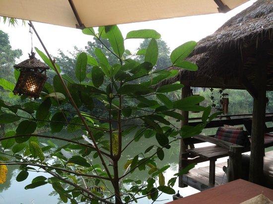 Maison de Sukhothai : レストランから川をのぞむ