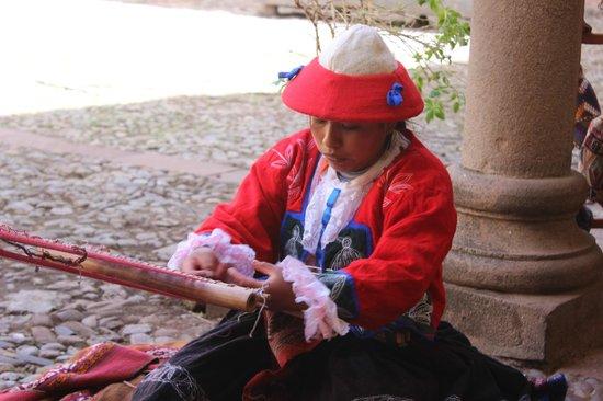 Centro Historico De Cusco: Tecelã preparando uma peça em tapeçaria