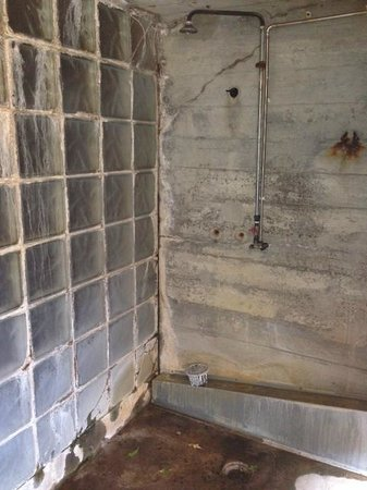 Frost and Fire Hotel: The shower - no comment ....