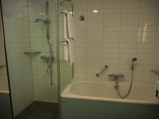 Hilton Helsinki Airport: スタンダードルーム シャワーとバスタブは別々