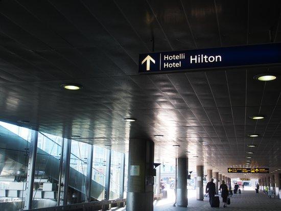 Hilton Helsinki Airport : 第二ターミナルの外のホテル表示