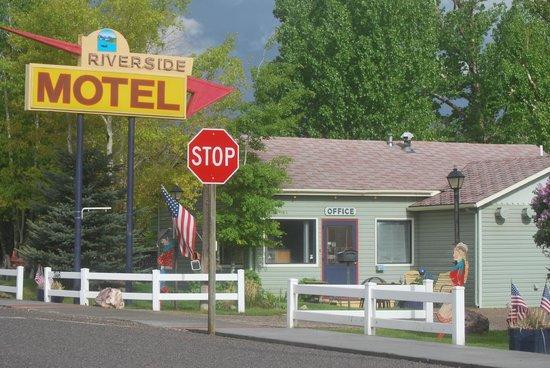 Riverside Motel & Cabins RV Park: Front entrance