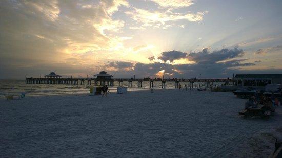 Outrigger Beach Resort: Spiaggia e tramonto