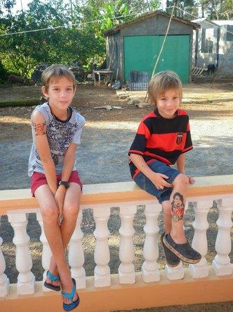 Casa Leyani y Osvedy : Felipe y Osvaldo, con sus tatuajes