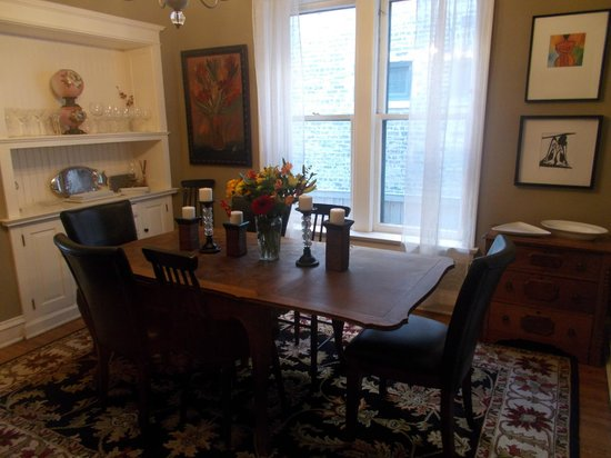 Chicago Guest House: Guest House on Newport Avenue * 1st Fl Clark Suite * Dining Room