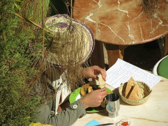 Riad Idrissy: Gast beim gemütlichen Essen im Garten