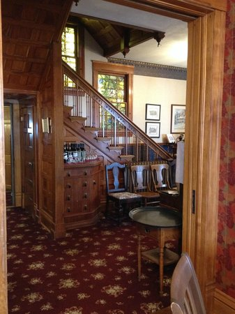 Old Rittenhouse Inn: View from Dining into lobby area and steps to rooms