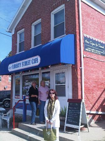 Lesa's Liberty Street Cafe: Sisters outside the restaurant