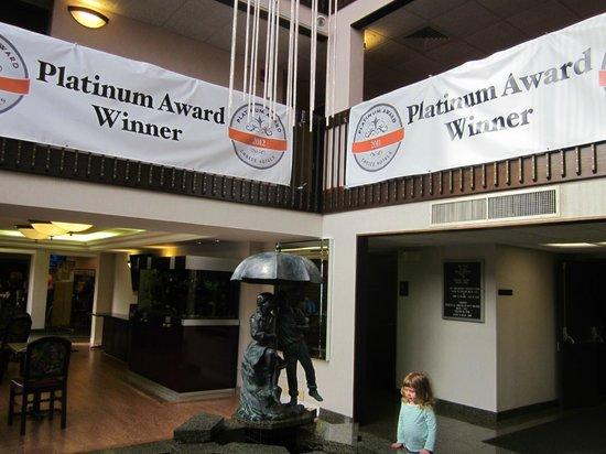 Quality Inn Schaumburg : Fountain & aquarium
