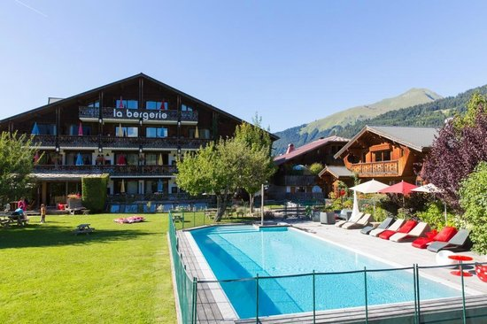 Hotel La Bergerie: Jardin et piscine