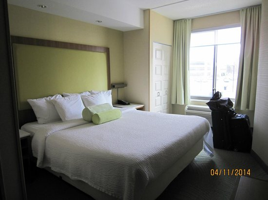 SpringHill Suites Syracuse Carrier Circle : King bedroom