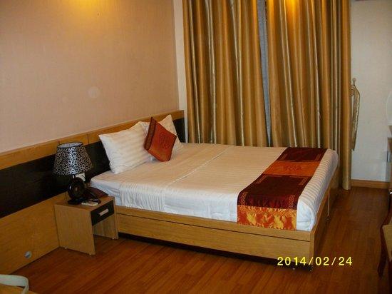Rising Dragon Hotel: chambre du 3ème étage, donnant sur un carré sans vue