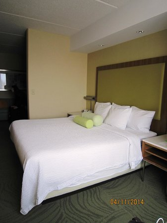 SpringHill Suites Syracuse Carrier Circle: Bedroom-view to living room