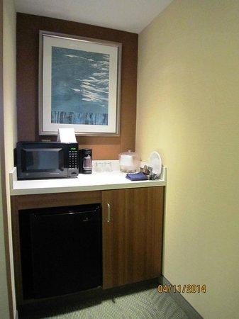 SpringHill Suites Syracuse Carrier Circle: Coffee/microwave/mini-fridge area