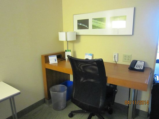 SpringHill Suites Syracuse Carrier Circle: livingroom desk area