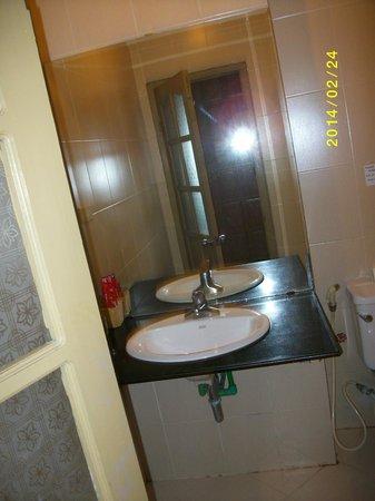 Rising Dragon Hotel: salle de bains