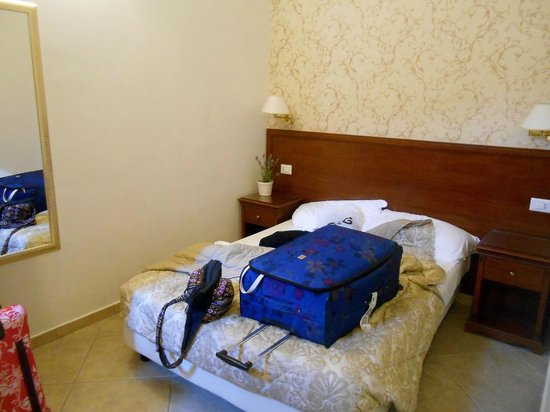 Mrs Julie Guest House: Bed - small double