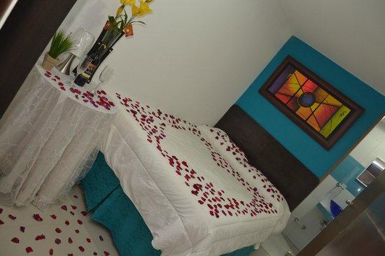 Hotel Marina Suites : Habitacion Doble Estandar con decoracion para Luna de Mie