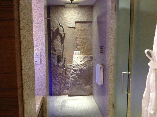 Andaz Xintiandi Shanghai: Shower
