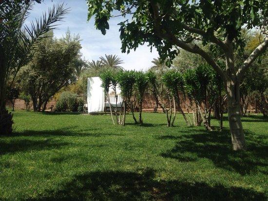 Les Deux Tours: Beds in the garden