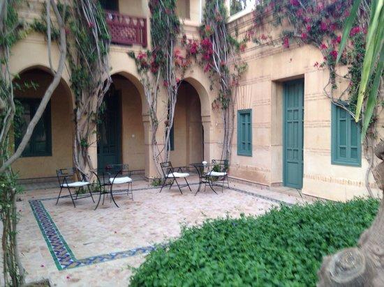 Les Deux Tours: Terrasse commune à 3 chambres ... :(