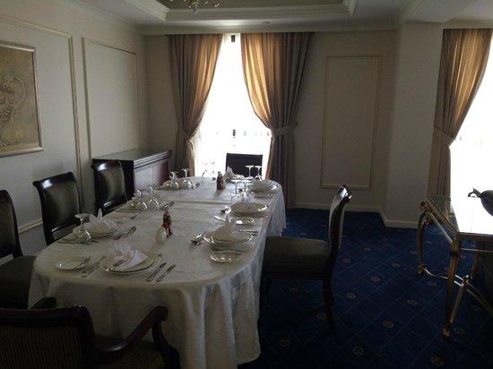 Dar Al Hijra InterContinental Madinah : Dining room with table set up