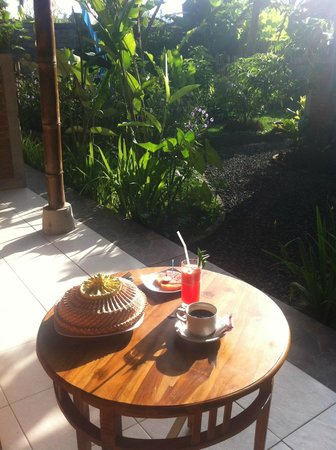 Pajar House Ubud : Breakfast on my private room terrace in the garden