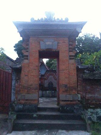 Pajar House Ubud : Outside hotel entrance- typical house