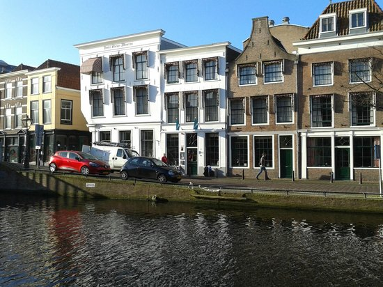 City Hotel Nieuw Minerva: The Hotel from other side of canal.