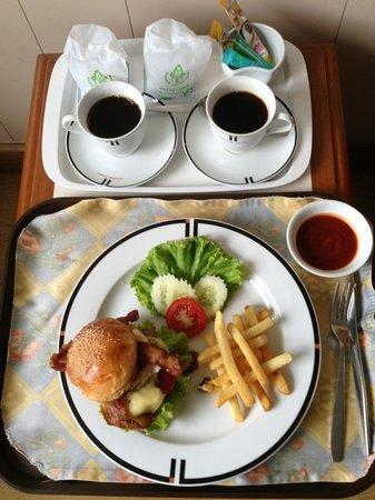 Bangkok Centre Hotel: Room Service. ルームサービス!バンコクセンターバーガー!